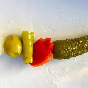 banderilla gourmet con pepinillo, pimiento, guindilla, oliva y cebollita