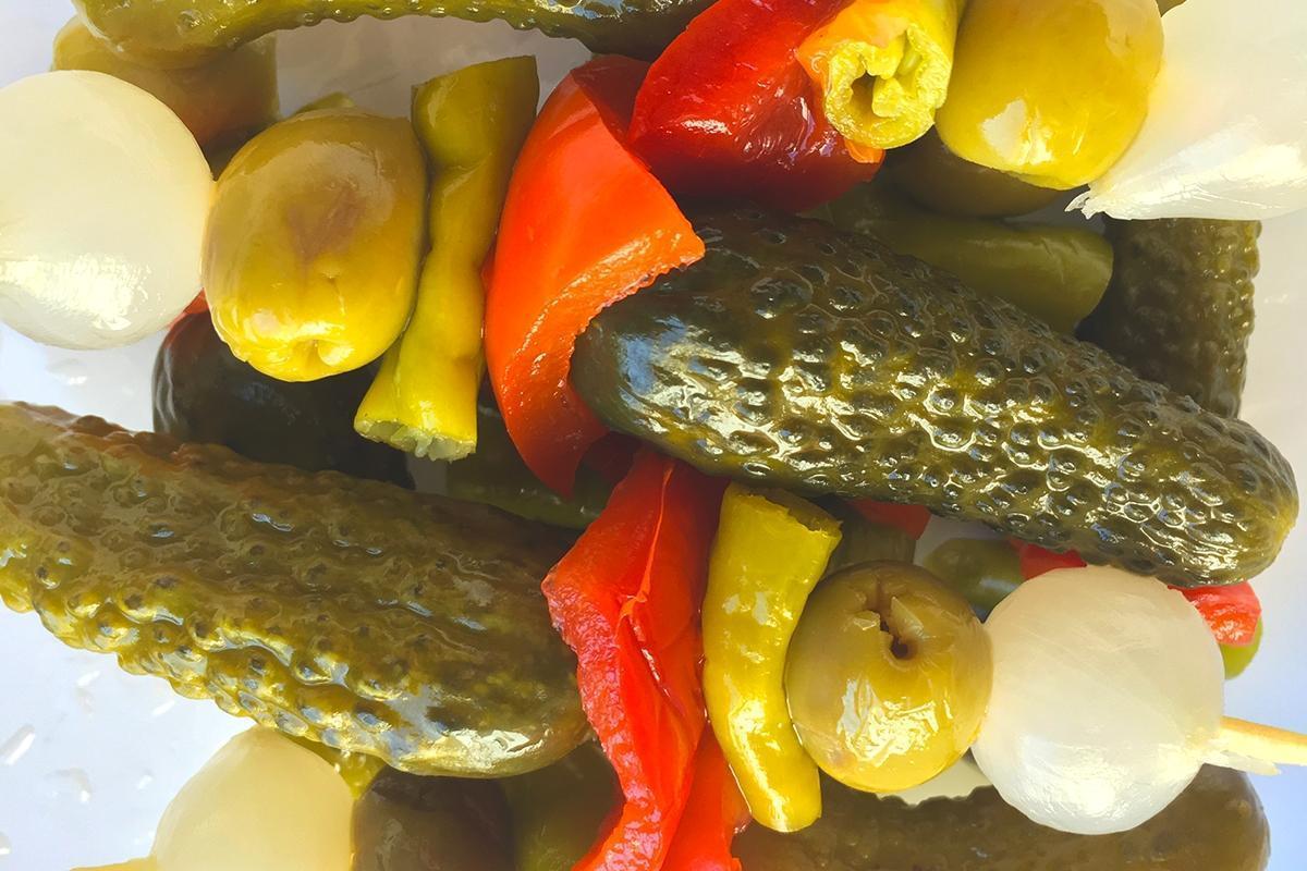 banderillas gourmet con pepinillo, pimiento, guindilla, oliva y cebollita en torrevieja alicante