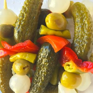 banderillas calidad gourmet con pepinillo, pimiento, guindilla, oliva y cebollita