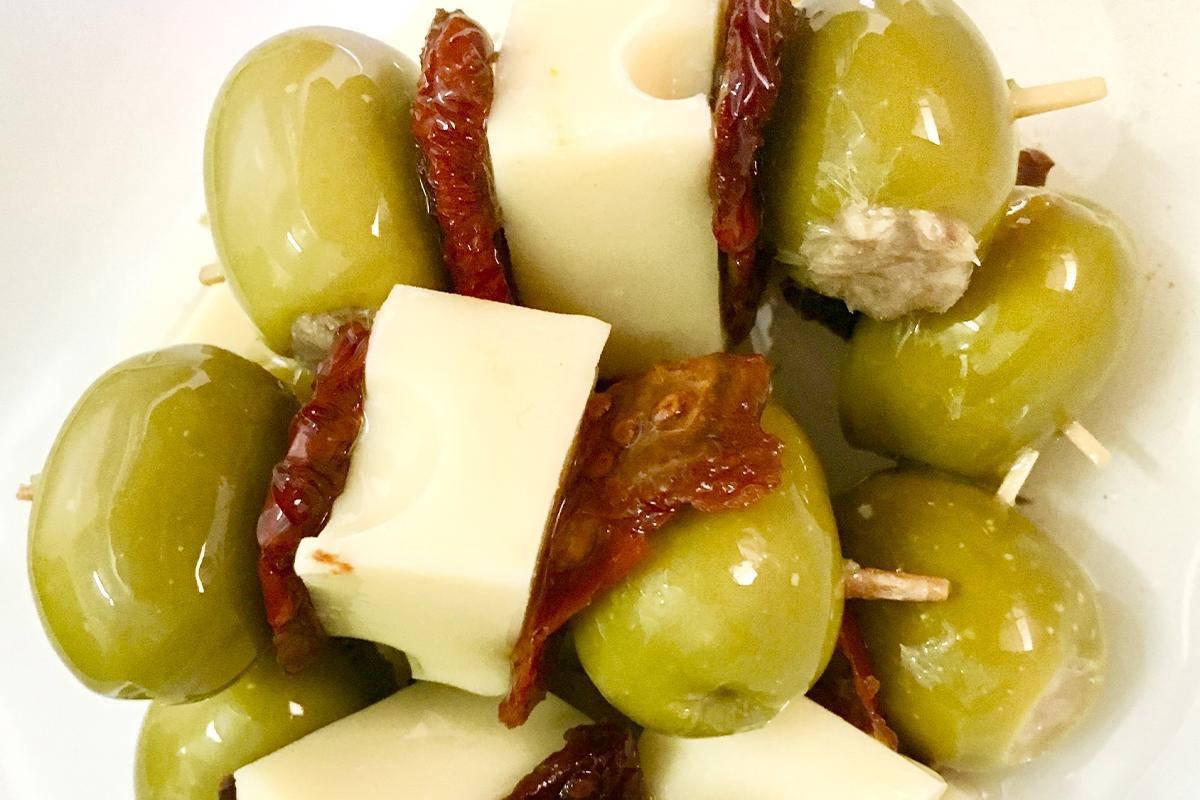 deliciosa brocheta gourmet de aceituna queso tomate seco y atun aceitunas lorente torrevieja alicante