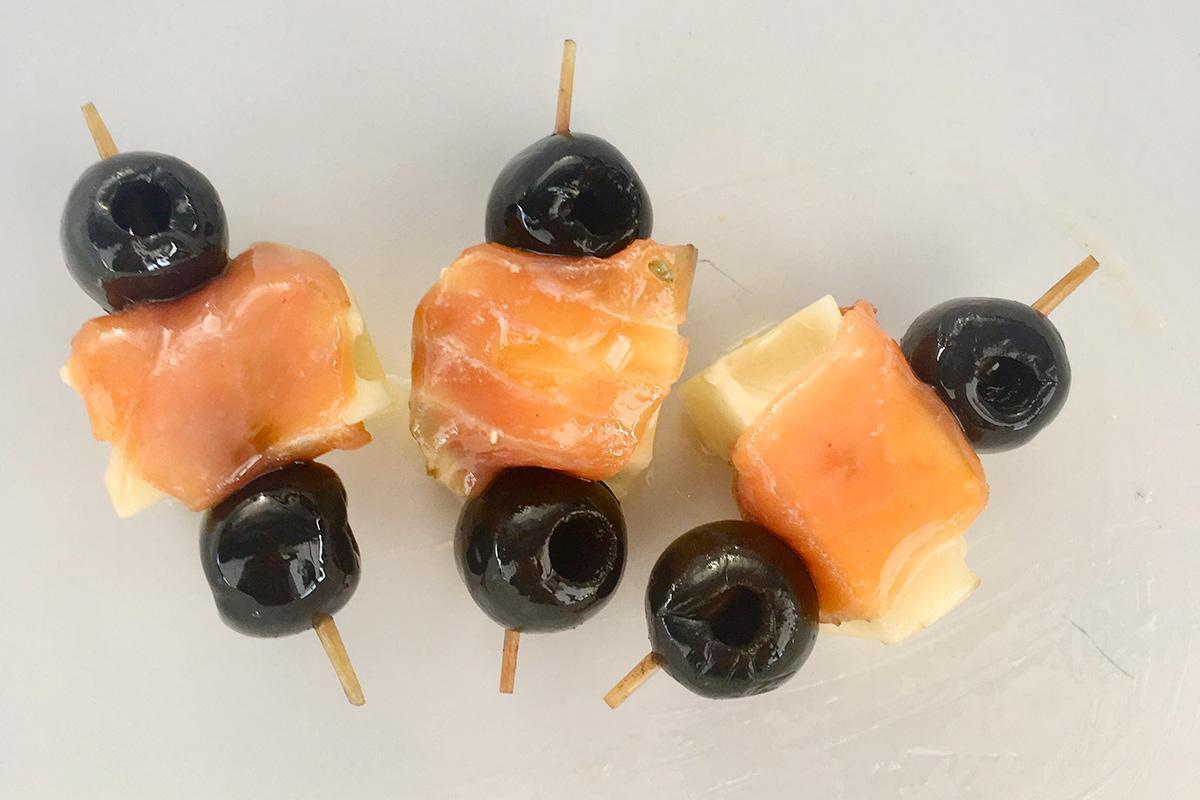 brocheta de salmon con aceitunas negras