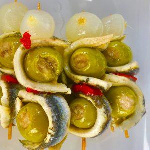 deliciosas brochetas de boquerón con olivas, pimientos y cebollitas