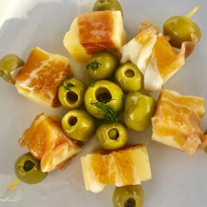 deliciosas brochetas de jamón serrano y queso